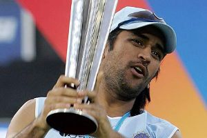 MS Dhoni holding the T20 wc 2007