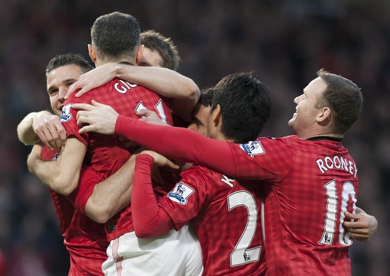 Manchester United celebrates in joy after Robin Van Persie scored his 3rd Goal against Everton.